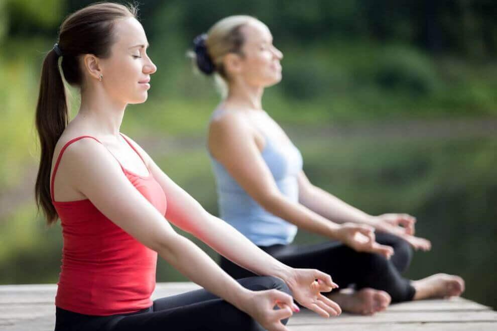 Twee vrouwen die elke dag mediteren beoefenen yoga