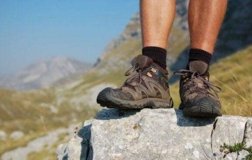 Een persoon met goede wandelschoenen