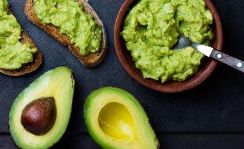 guacamole saus met opengesneden avocado's