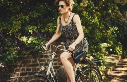 vrouw probeert om op fiets in balans te blijven