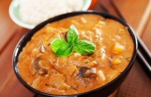 vegetarische curry met aubergine en tomaat
