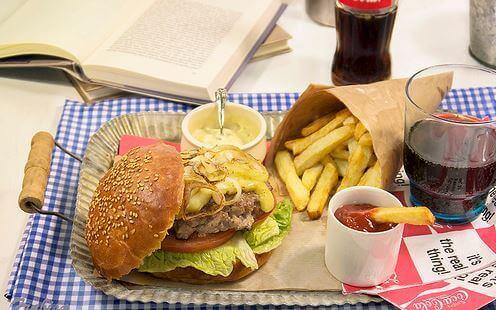 hamburger met patat en mayonaise en ketchup
