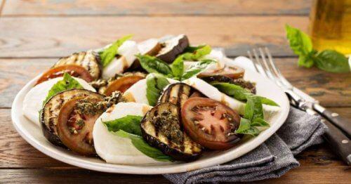 salade caprese met aubergine op een bord geserveerd