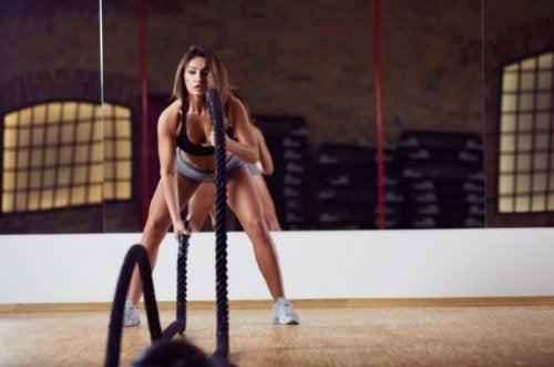 jonge vrouw doet oefening met touw