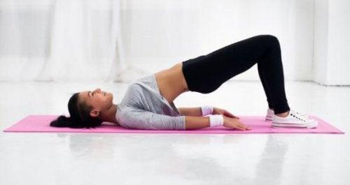 vrouw doet de hip raise