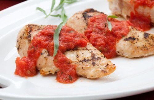 Kippenborst met tomatensaus