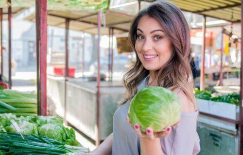 Vrouw die kool pakt voor coleslaw