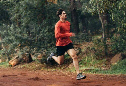 Man in rood shirt trailrunning