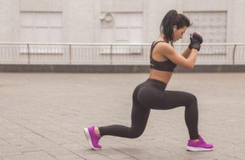 vrouw doet omgekeerde lunge met knielift