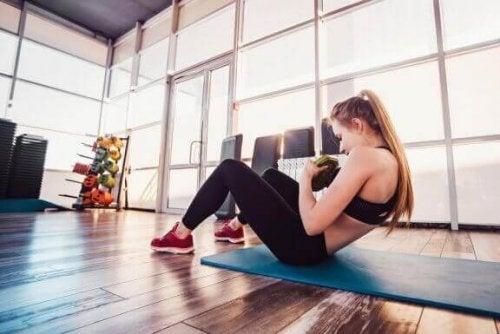 vrouw doet sit-up met gewicht