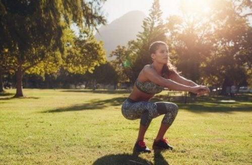 vrouw doet squat in buitenlucht