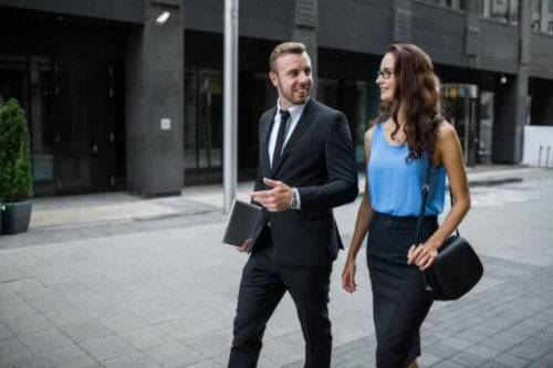 Man en vrouw wandelen naar het werk