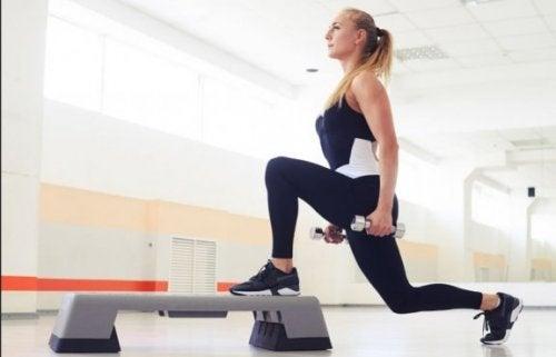vrouw doet oefening met halters