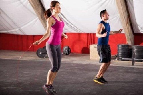Calorieën verbranden: 100 keer per minuut touwtjespringen