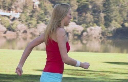Vrouw die power walkt in het park