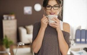 Kop koffie in de vroege morgen