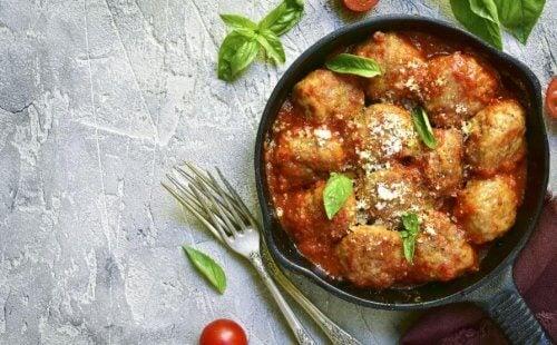 Een bord kalfsvleesballen in tomaat
