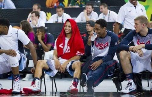 Stephen Curry zittend op een stoel