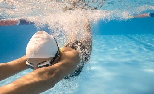 Vrouw die in een zwembad duikt heeft nadelen van zwemmen