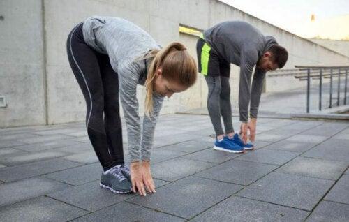 De benen strekken voor het trainen