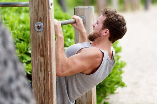 Man doet inclined pull-up