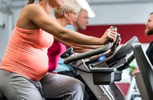 Zwangere vrouw op de fiets