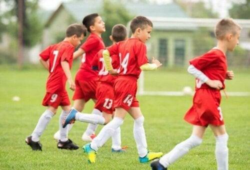 Veelbelovende jeugdvoetballers die trainen