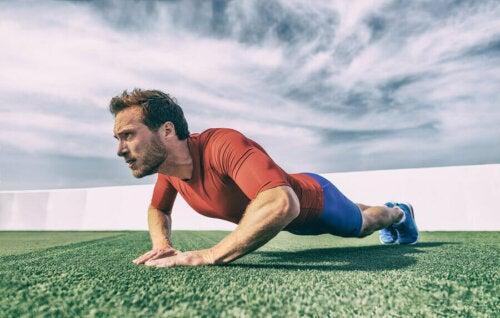 Oefeningen voor je triceps die in je routine thuishoren