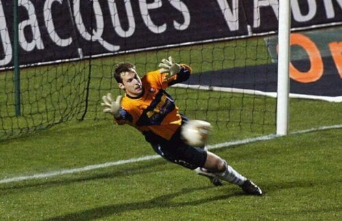 Een doelman houdt een bal tegen