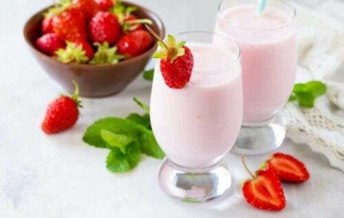 Yoghurt en fruit als ontbijt