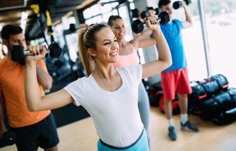 Gelukkige vrouw traint in de sportschool