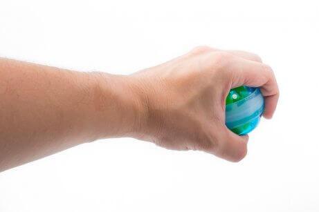 Hand met een gyrobal