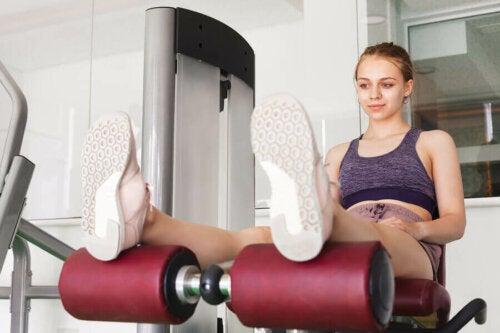 Meisje traint in de sportschool