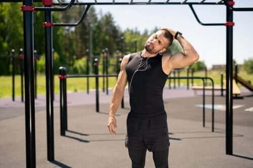 Zijwaartse rekoefening voor de nek