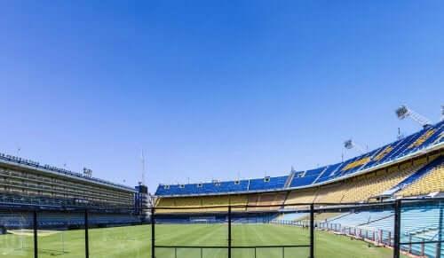 Een leeg voetbalstadion