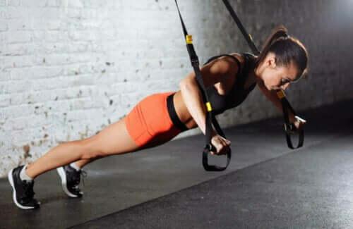 Rollout-oefening met TRX-banden voor je buik