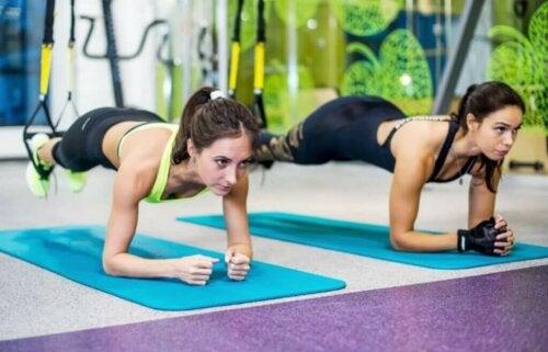 Suspension training met TRX-banden voor je buik
