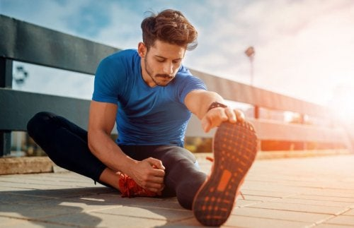 Mężczyzna rozciąga mięśnie nóg po treningu