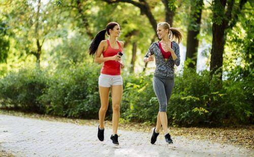 Bieganie samemu - dwie biegnące kobiety