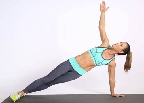 kobieta robiąca deskę bokiem - sześciopak na brzuchu