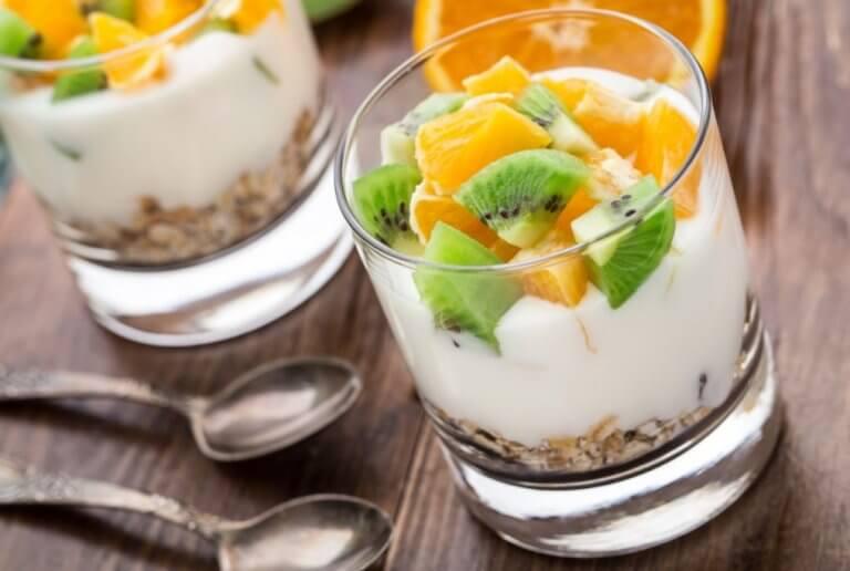 Jogurt z owocami i płatkami w szklance