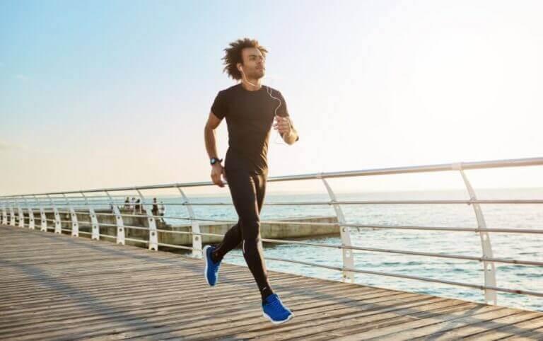 Mężczyzna biegnący po molo w blasku słońca