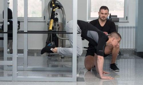 Mężczyzna ćwiczy z trenerem na taśmach TRX
