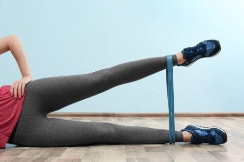 kobieta robiąca trening nóg - mini gumy oporowe
