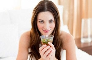 Kobieta pije napar ze skrzyp polny