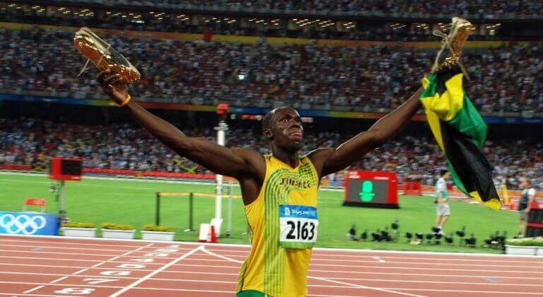 Usain Bolt unoszące ręce w geście triumfu