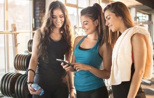 Aplikacje na telefon: zestawy ćwiczeń na siłowni