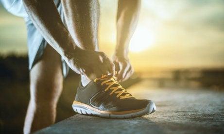 mężczyzna wiążący buta - czas biegu