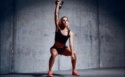 crossfit kobieta ćwiczy z ciężarkiem