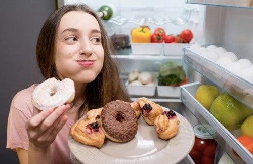 kobieta jedząca różne desery